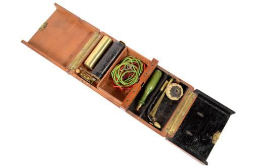 古医疗器具/5515-电子医疗设备放置在红木木箱中/更多信息